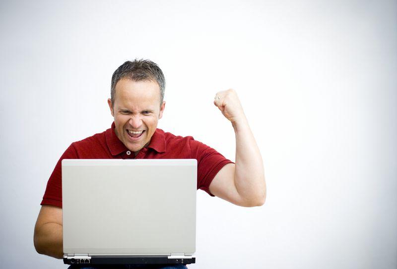 muzhchina-za-kompyuterom