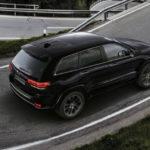 Компания Jeep презентовала чёрный вседорожный автомобиль Grand Cherokee Sсоспортивной подвеской